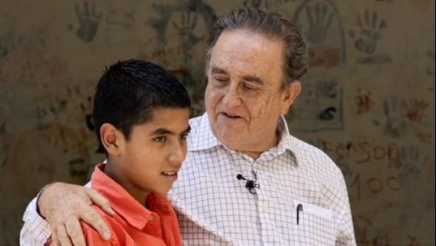 El Padre Gabriel Mejía ayuda a los necesitados con la meditación trascendental